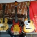 Музей социалистического быта в Казани представляет 120 гитар и предметов гардероба с автографами звезд рок-музыки.