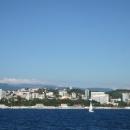 Красная крыша отеля «Руссотуристо» выделяется на набережной Сочи.