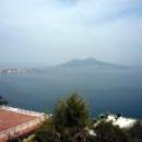 Вид на неаполитанский залив и вулкан Везувий.