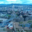 Вид с крепости Нарикала на реку Кура в Тбилиси.