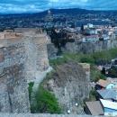 Крепостные стены форта Нарикала. Вид на Тбилиси.