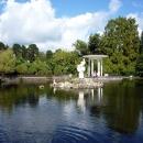 Большой пруд с беседкой и скульптурами в Нижнем парке Дендрария. Сочи.