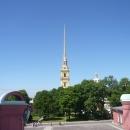 Многоярусная колокольня Петропавловского собора в Санкт-Петербурге завершается фигурой ангела.
