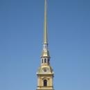 На колокольне Петропавловского собора установлены куранты.