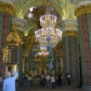 Петропавловский собор освещают 5 люстр из позолоченной бронзы, горного хрусталя и венецианского стекла.