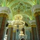 Внутреннее убранство Петропавловского собора изобилует колоннами, лепниной, росписями.