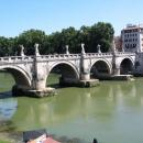 Мост Святого Ангела (бывший Элиев мост) украшен 10 статуями ангелов в стиле барокко.