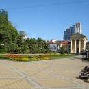 Путь к гостинице «Приморская» лежит через Площадь Искусств.