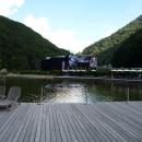 Горное озеро на фоне концертного зала Роза Холл. Роза Хутор.