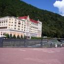 Вид на отель Radisson Rosa Khutor 5* с набережной Лаванда. Роза Хутор.
