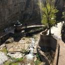 Водопад и каньон - природный ландшафт в старом Тбилиси. Грузия.