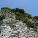 Дорога на пляж Могрен в Будве проходит вдоль отвесной скалы.