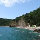Пляж Могрен в Будве разделен скалой на две части.