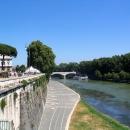 Замок Святого Ангела расположен на берегу реки Тибр в парке Адриано.
