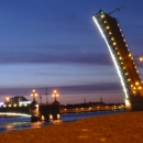 Разведенный Троицкий мост в Санкт-Петербурге.