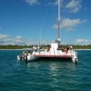 Парусный катамаран у острова Саона.
