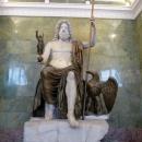 Античная скульптура Юпитера в Зале Юпитера. Здание Нового Эрмитажа, Санкт-Петербург.
