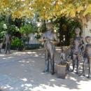 Скульптурные композиции из фильма «Бриллиантовая рука» в сквере у морского вокзала Сочи.