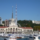 Морской вокзал Сочи на фоне яхт.