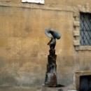 Сиена. Фонтан с изображением бронзовой статуи орла