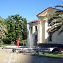 Вид на фонтан у Художественного музея Сочи.