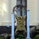 Скульптура «Золотое руно» у Художественного музея Сочи.