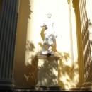 Скульптура на здании художественного музея в Сочи.