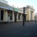 Здание старого железнодорожного вокзала в Адлере находится рядом с новым жд вокзалом.