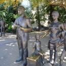 Скульптуры в сквере у морского вокзала Сочи - дань памяти актёрам фильма «Бриллиантовая рука».
