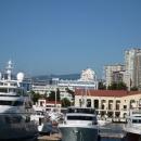 Яхты на причале у морского вокзала Сочи.