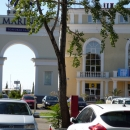 Торговая галерея «Гранд Марина». Вид через арку на морской вокзал Сочи.