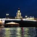 Дворцовый мост в Санкт-Петербурге ночью.