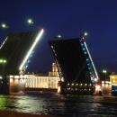 Развод Дворцового моста в Санкт-Петербурге.