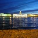 Вечерние прогулки вдоль Дворцовой набережной в Санкт-Петербурге.