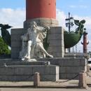 У подножья Ростральных колонн расположены ростры кораблей и скульптуры морских богов.