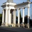 Колоннада на набереженой города Сухум в Абхазии.