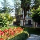 Здания и цветы в Ботаническом саду Сухума.
