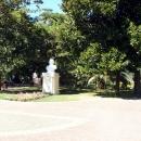 Памятник композитору Глинке у Летнего театра Сочи.