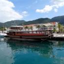 Набережная и порт города Тивата в Черногории.