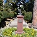 Памятник основателю парка Дендрарий в Сочи Худекову Сергею Николаевичу.