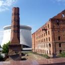Разрушенная мельница - монумент военной тематики Волгограда. Вид на музей-панораму.