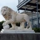 Три пары львов из каррарского белого мрамора выполнены в мастерской флорентийского скульптора Боннани.