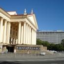 Вид на Зимний театр Сочи и гостиницу «Жемчужина».