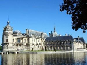 Замок Шантийи во Франции.