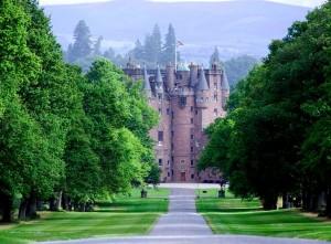 Дубовую аллея перед замком Глэмис, Шотландия