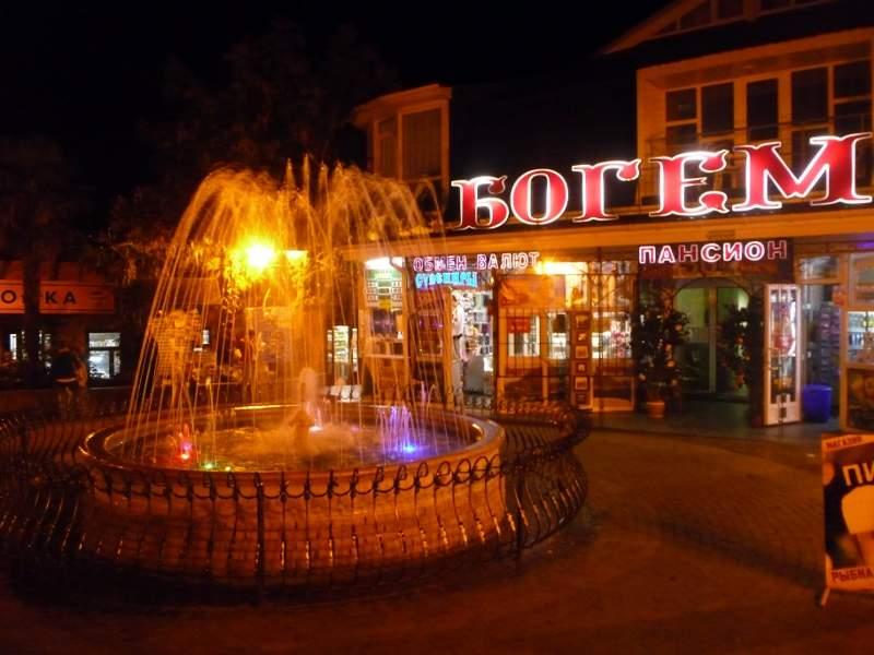 Фонтан в центре Гурзуфа ночью.