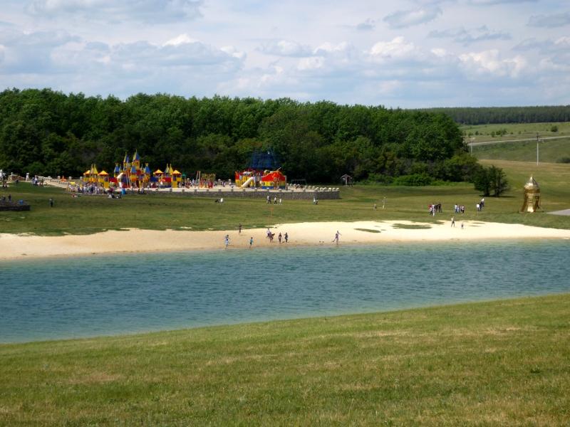 Песчаный пляж на берегу искусственного озера сафари-парка «Кудыкина гора»