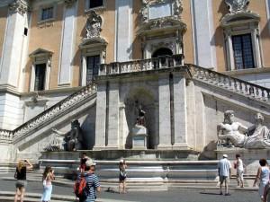 Дворец Сенаторов с двух маршевой лестницей, фонтан и статуи.