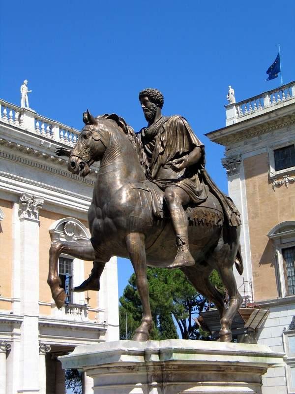 Бронзовая статуя императора Марка Аврелия на площади Капитолия в Риме.