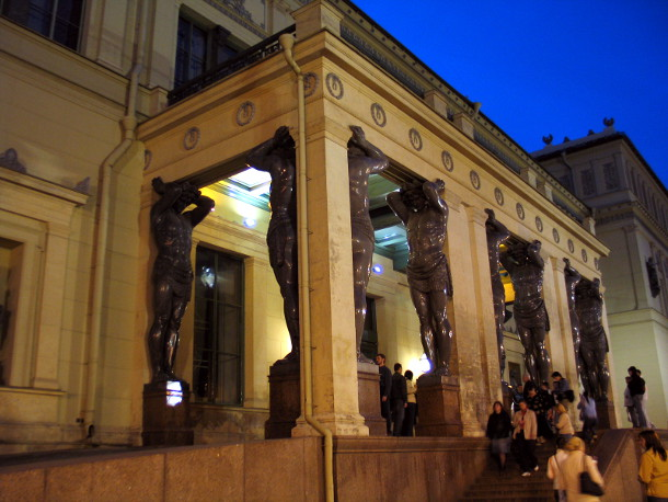 Фасад здания Нового Эрмитажа с фигурами Атлантов.
